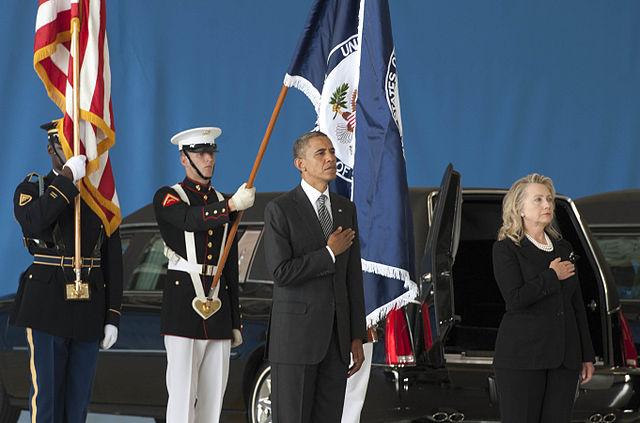 Le 14 septembre 2010, Barack Obama et Hillary Clinton accueillent les dépouilles des quatre américains tués à Benghazi - (CC) By Erin A. Kirk-Cuomo (DoD)