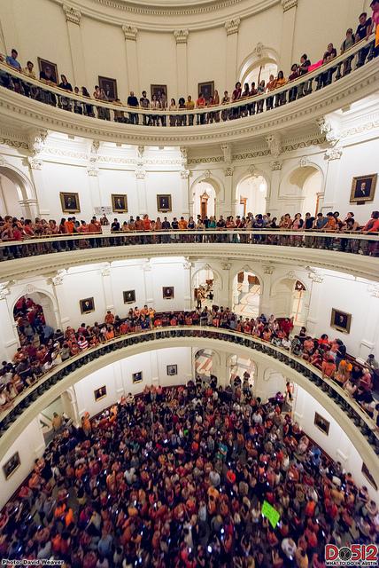 Les supporteurs de Wendy Davis au Sénat du Texas, parmi lesquels de nombreuses sources d'information sur Twitter - (CC) Do512