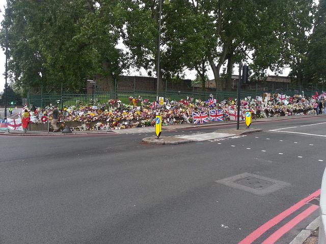 Les hommages à Lee Rigby sur le lieu de son assassinat - (CC) kennelhamster