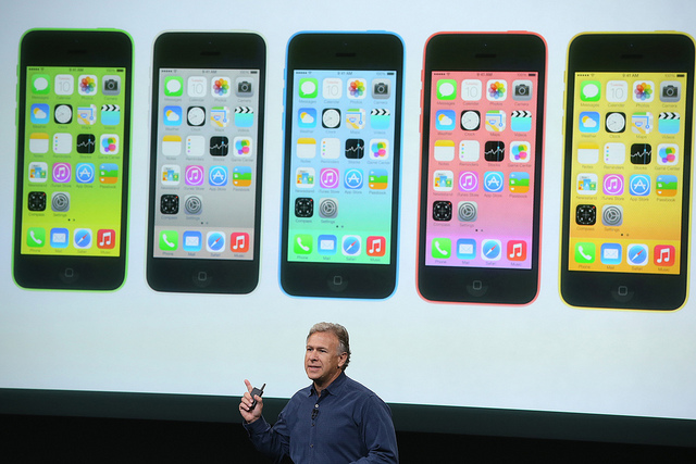Phil Schiller, patron du marketing d'Apple, présentant le nouvel iPhone 5C le 10 septembre 2013 – (CC) Globovisión