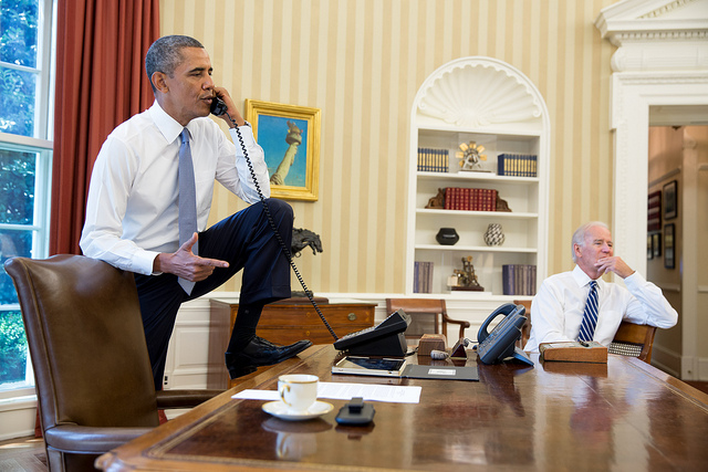 Barack Obama et Joe Biden photographiés dans le Bureau ovale par Pete Souza - (CC) United States Government Work