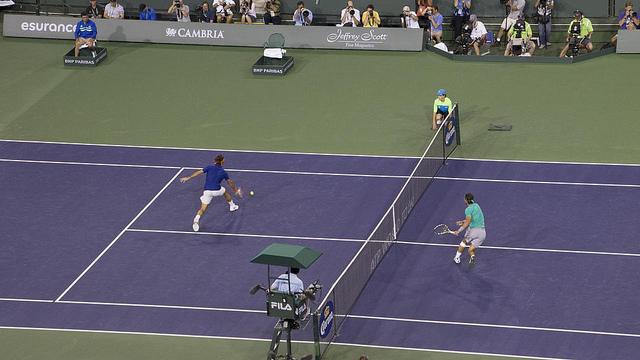 Roger Federer, le maître absolu dans ce domaine, et Rafael Nadal au filet à Indian Wells (2013) - (CC) Aitor Aguirregabiria