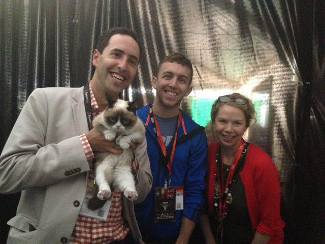 """Le """"chat grincheux"""", l'une des stars du Mashable originel avec une partie de l'équipe du site lors de South by Southwest 2013 - (CC) David Berkowitz"""