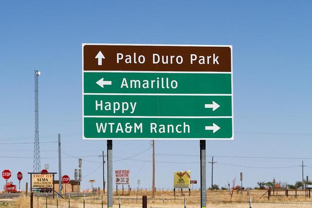 La ville de Happy, au Texas, nous indique le sens à suivre - (CC) David Ingram