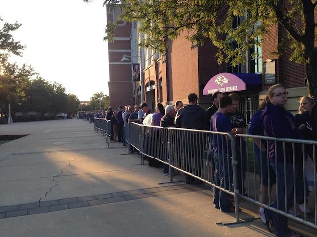 La queue pour se faire échanger son maillot de Ray Rice fait près d'un kilomètre de long - (CC) @FOXBaltimore