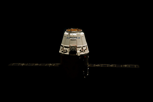 La capsule Dragon de SpaceX près de la station spatiale internationale - (CC) Stuart Rankin