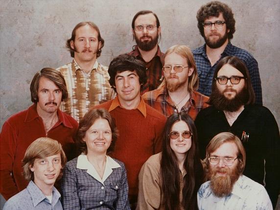 L'équipe de Microsoft en 1978, trois ans après que Bill Gates (en bas à gauche sur la photo) ait conceptualisé sa vision révolutionnaire de l'informatique.