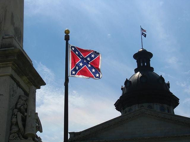 Le drapeau confédéré sur l'esplanade du Siège des corps exécutif et législatif de Caroline du Sud à Columbia - (CC) eyeliam