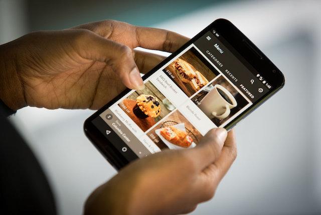 """La fonctionnalité """"Order & Pay"""" sur l'application mobile de Starbucks - (CC) Starbucks"""