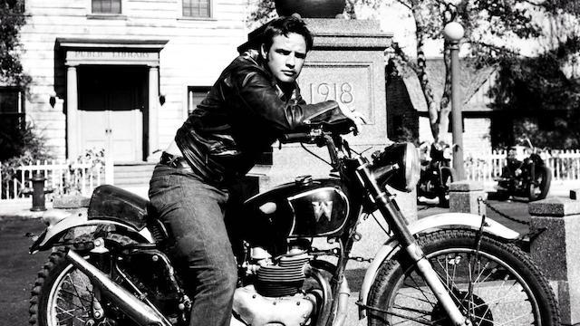 """Marlon Brando en 1953 dans """"The Wild One"""" (""""L'équipée sauvage""""), le film qui a popularisé la valeur cool à grande échelle - (CC) Stanley Kramer Productions"""