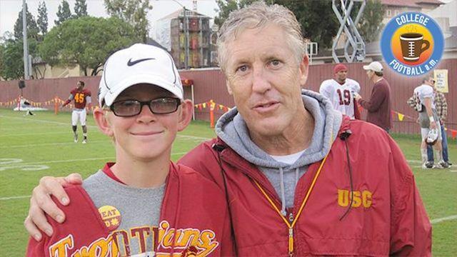 Jake Olson (alors âgé de douze ans, avant sa deuxième opération) lors de sa rencontre initiale avec Pete Carroll - (CC) Twitter.com / USCFootball.com@ThePeristyle